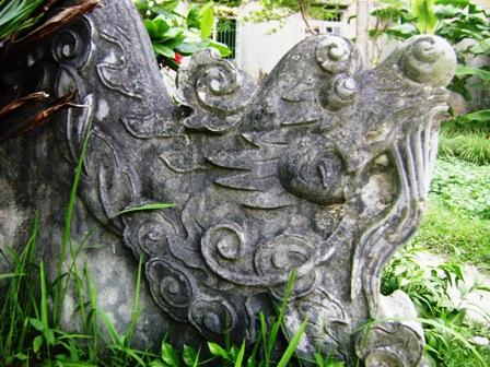 Đầu rồng thời Lê Trung Hưng được trạm bằng đá nguyên khối trong khu lăng mộ.
