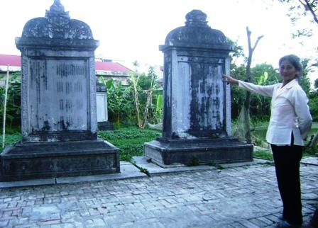 Bà Lê Thị Nguyệt cho biết: Bốn tấm bia đang bị nghiêng, lún cùng với chữ trên bia đá đang bị mờ đi rất nhiều.