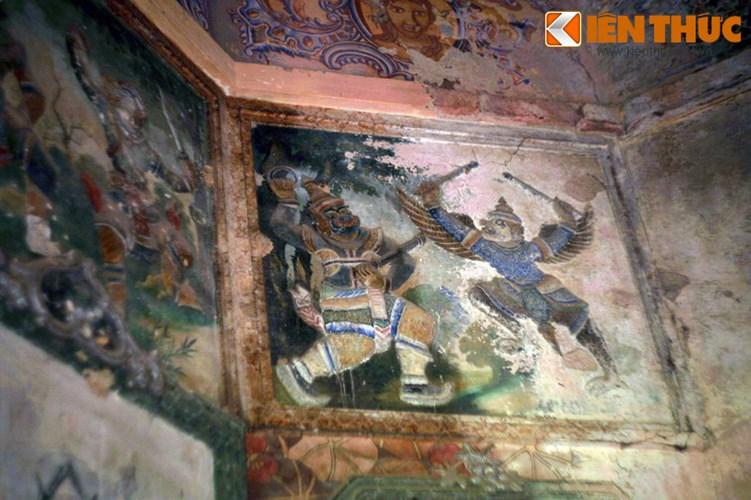 Lang mo co phong cach Viet - Hoa - Phap - Khmer doc nhat VN-Hinh-12 Các bức tường bên trong lăng mộ được lấp kín bằng những bức tranh mang chủ đề đa dạng, từ chân dung của ông Hàm và hai phu nhân đến các họa tiết hoa lá phương Tây, điển tích dân gian Khmer, hình tượng tâm linh Việt - Hoa...