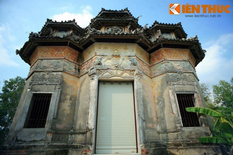 Lang mo co phong cach Viet - Hoa - Phap - Khmer doc nhat VN-Hinh-2 Đây là lăng mộ cổ của ông Hàm Huỳnh Kỳ, một trong 10 đại địa chủ nổi tiếng nhất miền Tây Nam bộ thời thuộc địa. Lúc sinh thời, ông Hàm đã mua chức huyện, nên còn được gọi là huyện Hàm.