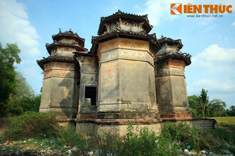 Lang mo co phong cach Viet - Hoa - Phap - Khmer doc nhat VN-Hinh-4 Về tổng quan, lăng mộ ông Hàm có cấu trúc khá lạ với 5 tòa nhà lục giác bao quanh một nhà lục giác ở giữa, tất cả đều cao khoảng 12m, trên nền cao hơn 1 m.