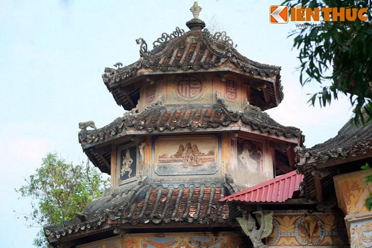 Lang mo co phong cach Viet - Hoa - Phap - Khmer doc nhat VN-Hinh-5 Tháp nào cũng có nóc nhọn lợp mái ngói như tháp của các ngôi chùa Việt.