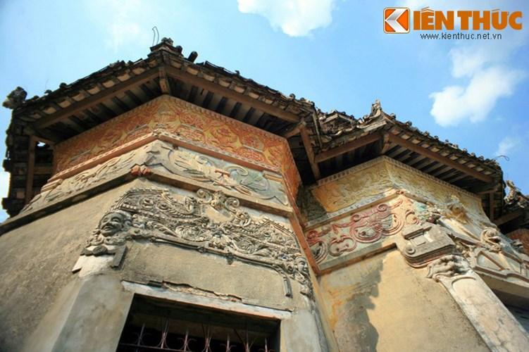 Lang mo co phong cach Viet - Hoa - Phap - Khmer doc nhat VN-Hinh-7 Mặt ngoài của các tòa tháp được trang trí cầu kỳ với rất nhiều phù điêu và tranh vẽ.