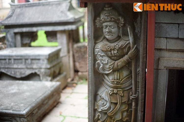 """Xot xa tuyet tac lang mo da co """"chong nang"""" o Ha Noi-Hinh-10 Mặt ngoài hai nhà bia được tạc hình quan võ rất tinh xảo, được coi là những tác phẩm mẫu mực của điêu khắc Việt thế kỷ 17-18."""