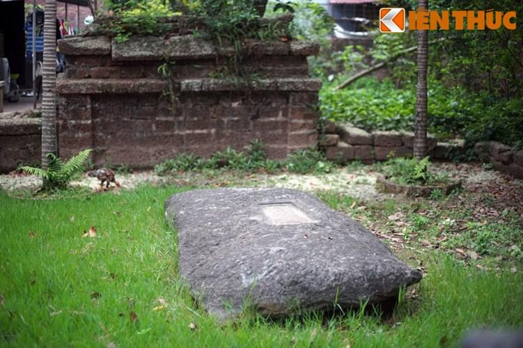 """Xot xa tuyet tac lang mo da co """"chong nang"""" o Ha Noi-Hinh-15 Ngôi mộ là một phiến đá cổ, phía trên có khắc tên, hiệu. Sau mộ là bình phong hậu."""