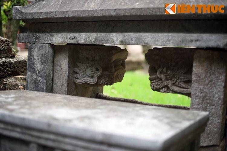 """Xot xa tuyet tac lang mo da co """"chong nang"""" o Ha Noi-Hinh-16 Hình tượng rồng trên cổng thông sang khu mộ phần."""