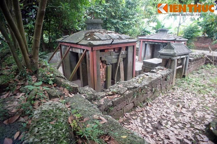 """Xot xa tuyet tac lang mo da co """"chong nang"""" o Ha Noi-Hinh-18 Nhìn từ phía sau, một phần cấu trúc nhà bia đã bị sập và được gia cố tạm thời bằng gạch nung."""