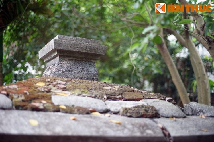 """Xot xa tuyet tac lang mo da co """"chong nang"""" o Ha Noi-Hinh-19 Mái nhà bia bị rạn nứt thành nhiều mảng."""