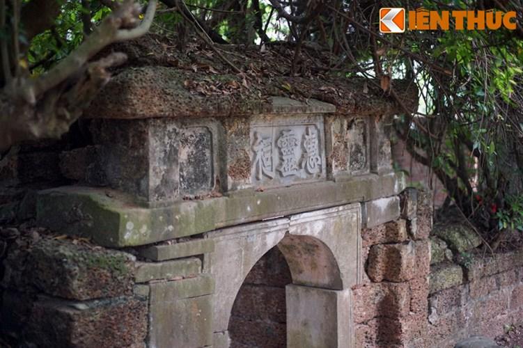 """Xot xa tuyet tac lang mo da co """"chong nang"""" o Ha Noi-Hinh-2 Quận công Phạm Mẫn Trực là quan võ thời Hậu Lê (thế kỷ 17-18), từng làm trong đội tượng binh và tổng thái giám của triều đình vua Lê, chúa Trịnh, sau khi mất được chôn cất ở quê nhà là làng Lại Yên, Hoài Đức. Lăng mộ của ông được xây vào năm 1713."""