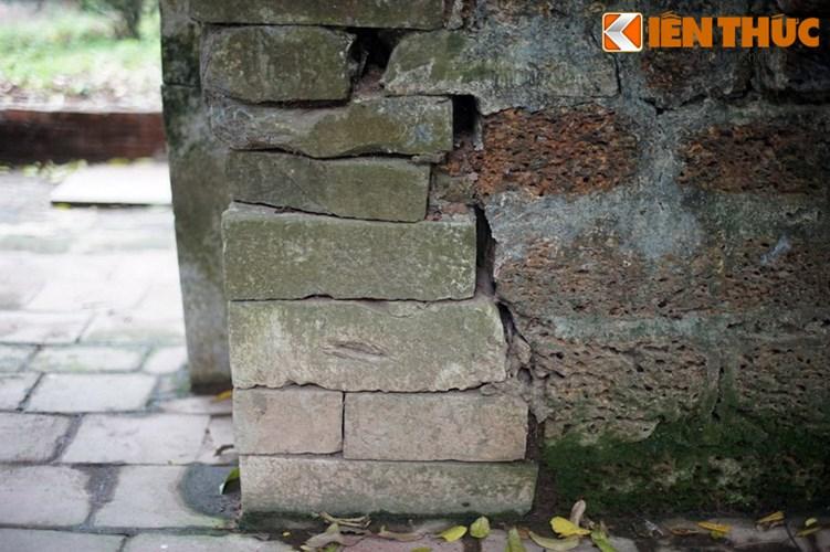 """Xot xa tuyet tac lang mo da co """"chong nang"""" o Ha Noi-Hinh-20 Vết nứt ở cổng đá."""