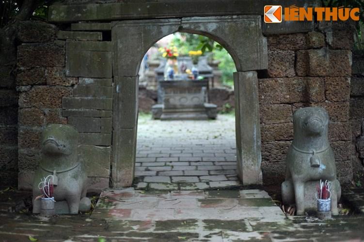 """Xot xa tuyet tac lang mo da co """"chong nang"""" o Ha Noi-Hinh-21 Tượng chó đá bên trái cổng lăng bị vùi một phần dưới đất."""