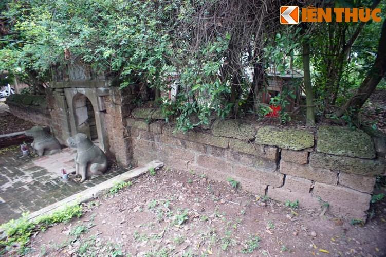 """Xot xa tuyet tac lang mo da co """"chong nang"""" o Ha Noi-Hinh-3 Lăng Phạm Mẫn Trực có một quy mô khá lớn, gồm nhà tiền tế (hiện không còn), khu nhà đặt bia, và khu mộ, xung quanh có tường bao bằng đá ong."""