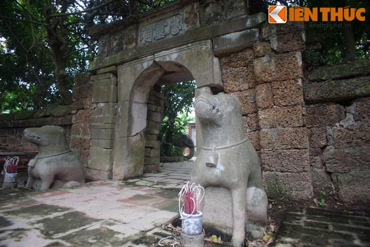 """Xot xa tuyet tac lang mo da co """"chong nang"""" o Ha Noi-Hinh-4 Cổng vào lăng được ghép bằng các phiến đá lớn, hai bên là cặp chó đá canh cổng."""