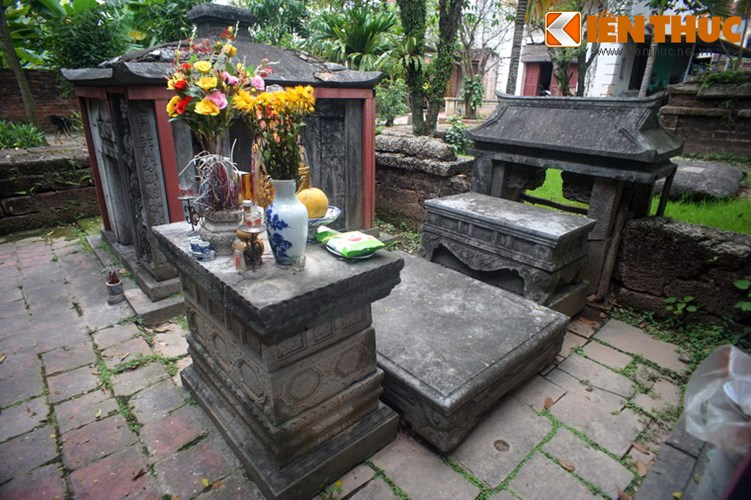 """Xot xa tuyet tac lang mo da co """"chong nang"""" o Ha Noi-Hinh-8 Giữa hai nhà bia là hương án, sập thờ, đẳng thờ và một cổng nhỏ thông sang nơi đặt mộ phần."""