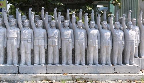 Cụm tượng đài đang được các nghệ nhân làng đá Ninh Vân chế tác. Ảnh: Phương Vy.