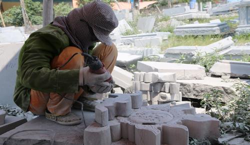 Thợ làng đá đang thi công