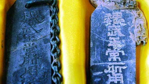 """Vật dụng trong lăng mộ có khắc chữ """"đây là những vật mà Ngụy Vũ Vương từng sử dụng""""."""