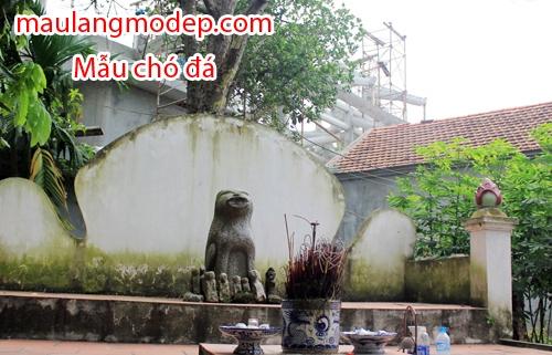 Chó đá ở làng Địch Vĩ (Phương Đình, Đan Phượng) được đặt trên bệ thờ lớn ở cạnh đình. Ảnh: Hoàng Phương.