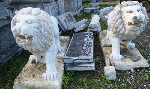 Trước đây mỗi cặp sư tử như thế này có giá từ 40 -50 triệu đồng, nhưng nay dần trở thành những tảng đá phế.